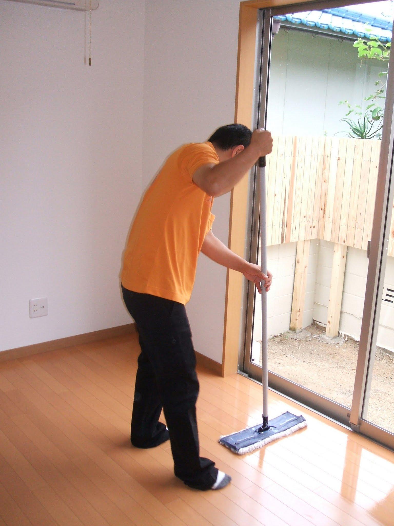 フロアクリーニングは汚れの除去、ワックス処理などを行い、美しい床をキープ。化学タイル、クッションフロアなど、どんな床材もおまかせください。